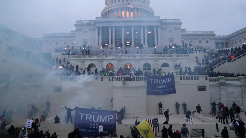 Сторонники Дональда Трампа, требующие пересмотра итогов президентских выборов, прорвались в здание Капитолия
