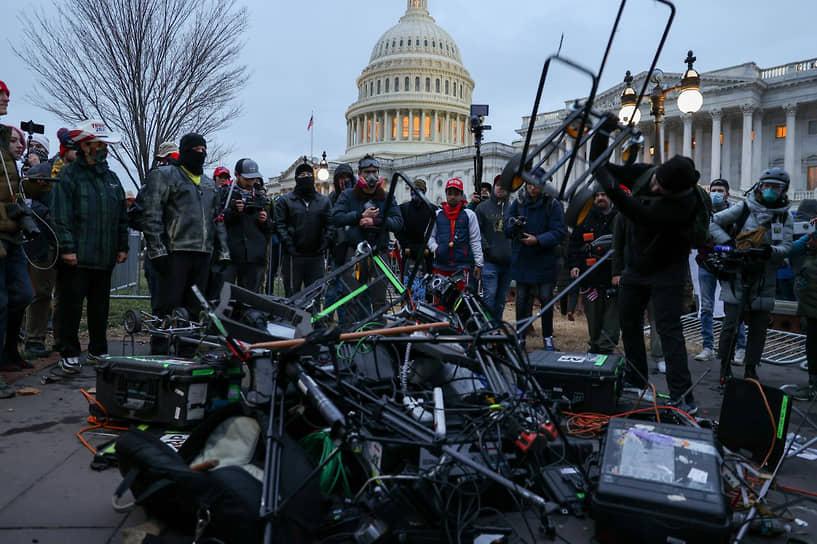 Из-за столкновения протестующих с сотрудниками правоохранительных органов было повреждено техническое оборудование СМИ