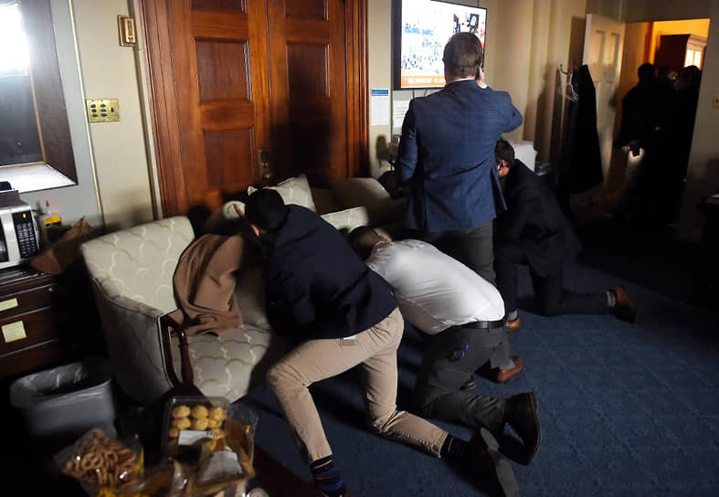 Сотрудники Конгресса баррикадируют входы в здание