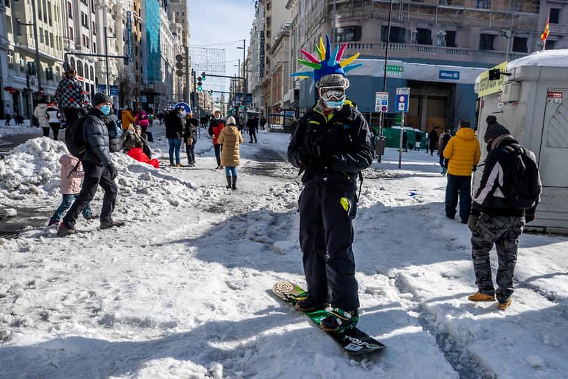 Снежная буря в столице Испании началась 8 января и продолжалась более 30 часов. В результате город оказался под снежными завалами