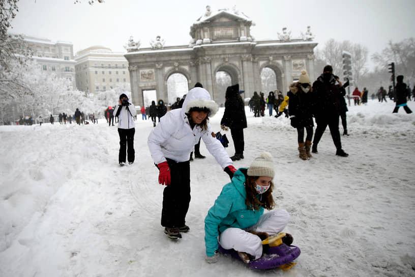 Правительство Испании не исключило возможности объявления Мадрида зоной катастрофического бедствия из-за последствий снежной бури