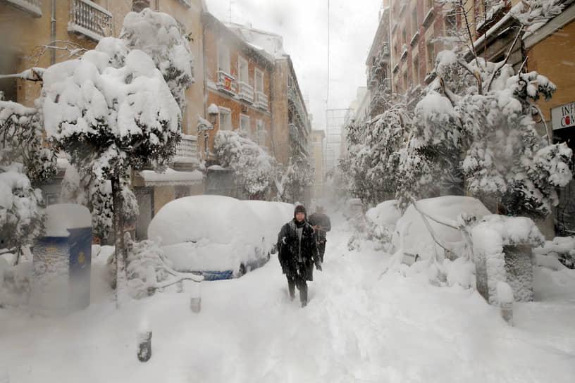 В Мадриде наблюдался сильнейший снегопад за последние полвека. Город оказался парализован, погибли четыре человека