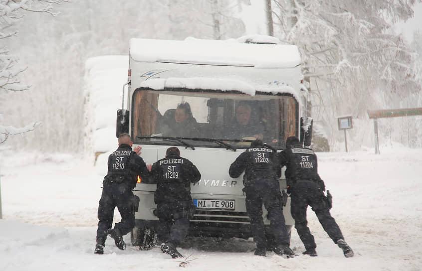 В Германии сильные снегопады наблюдались в районе Альп. На магистралях образовались пробки, на горнолыжных курортах не работали подъемники