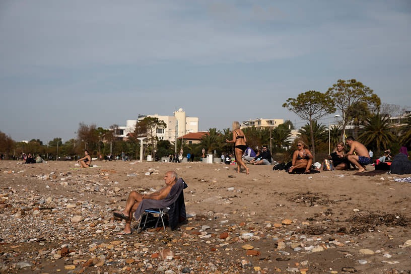 В Греции метеорологи сообщили о самой теплой январской погоде за последние полвека: температура достигает 25 градусов<br> На фото: пляж с пригороде Афин