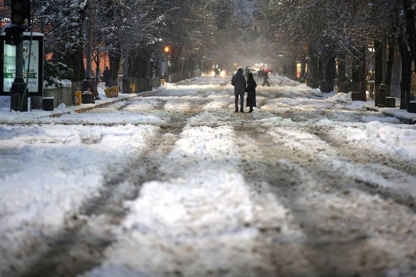 В Краснодаре из-за непогоды теплоснабжения лишились более 150 домов. 10 января городской аэропорт приостанавливал прием и отправление рейсов