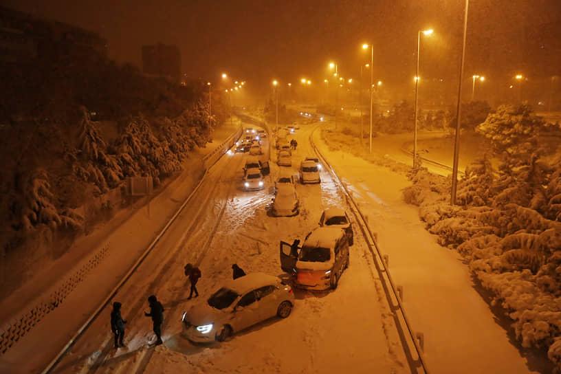 Из-за снегопада была прервана работа международного аэропорта Мадрид-Барахас, приостановлено железнодорожное сообщение, на дорогах участились ДТП. Порядка 1,5 тыс. военных помогают ликвидировать последствия бури