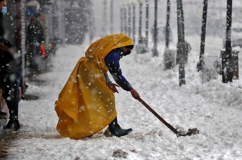Сильные снегопады накрыли также индийский Кашмир, на автомагистралях в начале года застряли тысячи машин