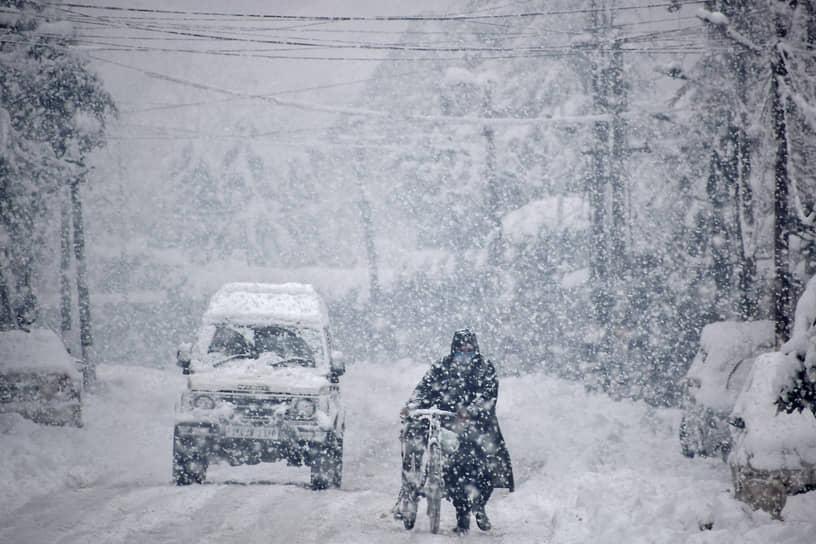 На фото: занесенная снегом дорога в городе Сринагар, летней столице союзной территории Джамму и Кашмир