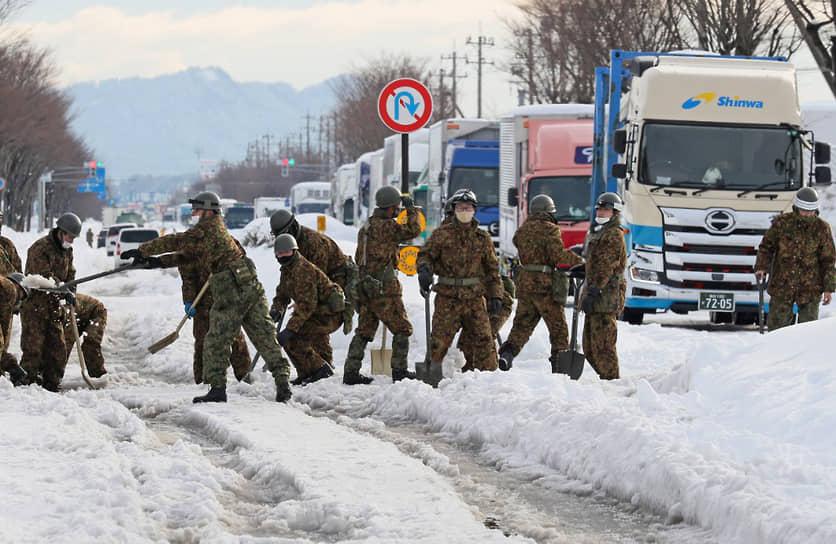 В Японии из-за снегопадов на дорогах были заблокированы тысячи машин. Более 500 авиарейсов были отменены