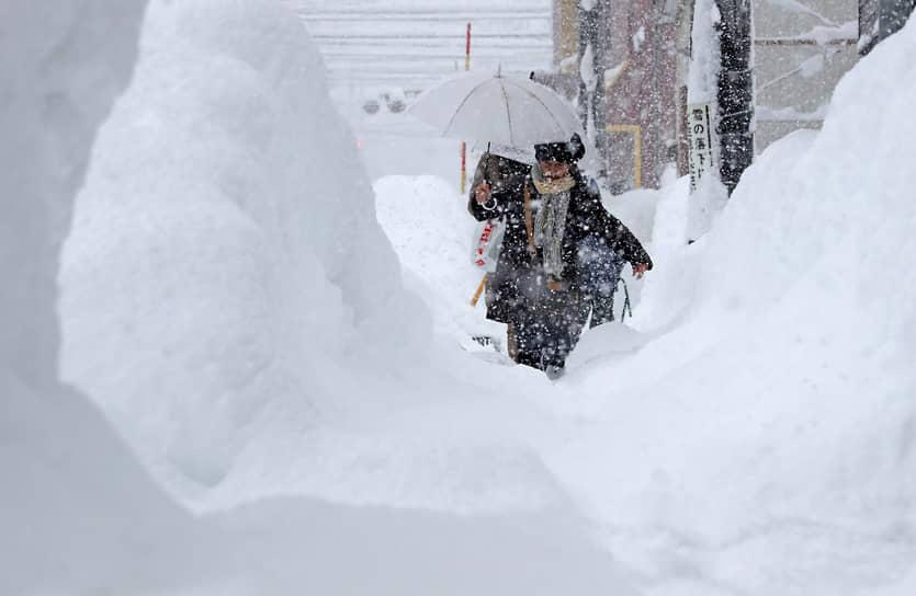 Из-за снегопадов на побережье Японского моря погибли по меньшей мере 8 человек, еще почти 300 пострадали
