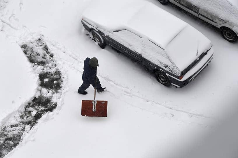 После наступления нового года в Москве из-за ледяного дождя образовался гололед толщиной около 4 мм, который затем накрыло слоем снега