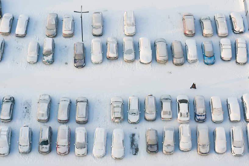 Аномальные морозы были зафиксированы в Сибири. В некоторых районах Новосибирской области температура воздуха достигала минус 40 градусов<br> На фото: автомобили под снегом на парковке в Новосибирске
