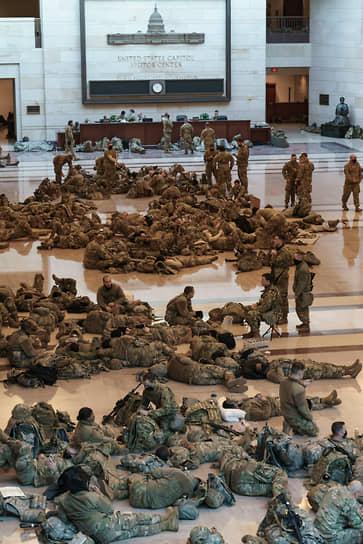 Бойцы нацгвардии расположились прямо на полу в здании Капитолия