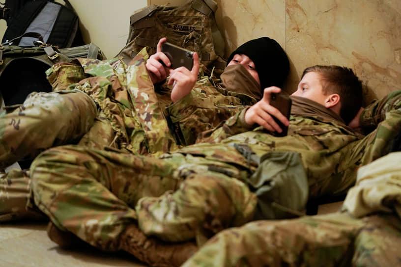 Бойцы отдыхают на полу в здании Конгресса
