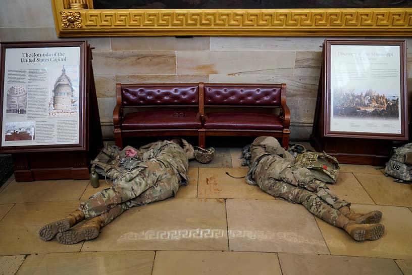 Некоторые бойцы спят на полу в ожидании обсуждения конгрессменами импичмента Дональду Трампу
