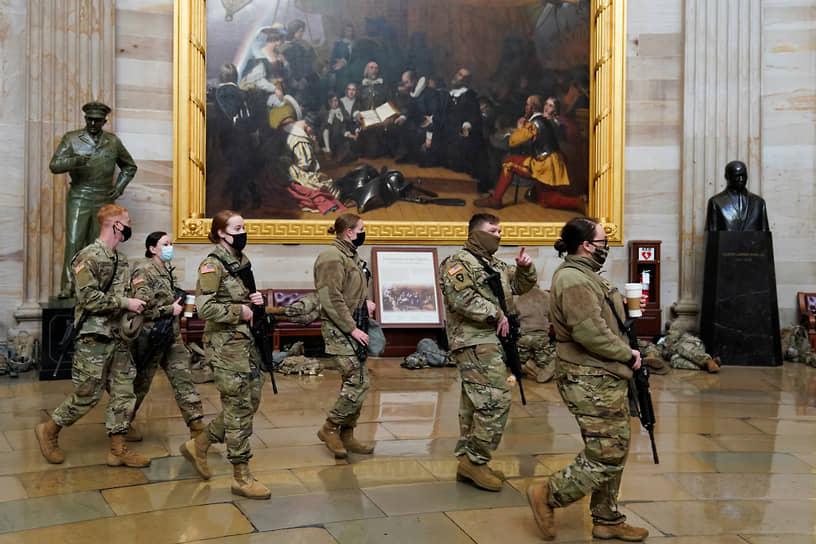 Капитолий и окружающие его здания, включая Верховный суд США, обнесены забором разной величины. Возле каждого строения и внутри дежурят сотни бойцов Национальной гвардии
