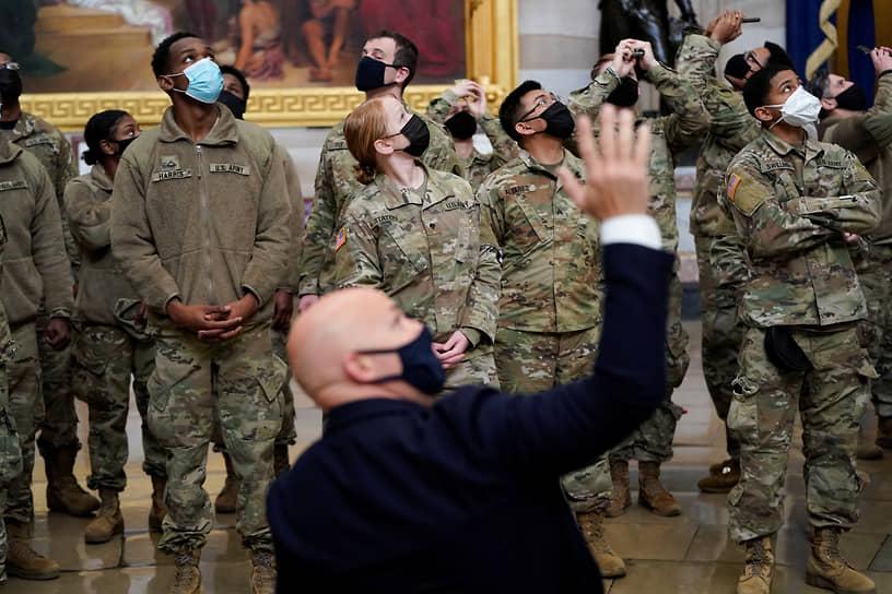 Член Палаты представителей Брайан Маст проводит экскурсию по Капитолию для бойцов Национальной гвардии
