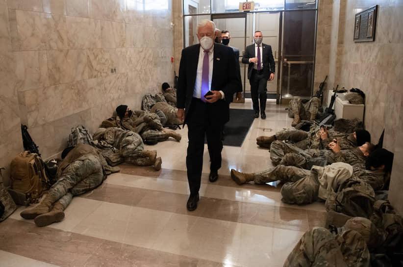 Лидер большинства в палате представителей Стени Хойер проходит на заседание мимо отдыхающих гвардейцев