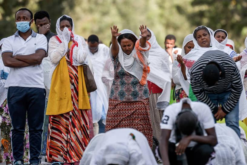 Православные эфиопы молятся на улице Аддис-Абебы, поскольку полицейские не пустили их в храм