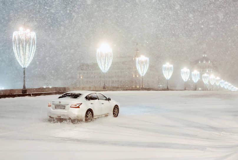 К утру на дорогах образовались снежные заносы и гололедица