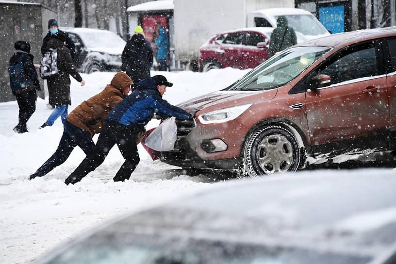 По сообщению мэрии Москвы, для уборки снега в городе задействовано около 10 тыс. единиц техники
