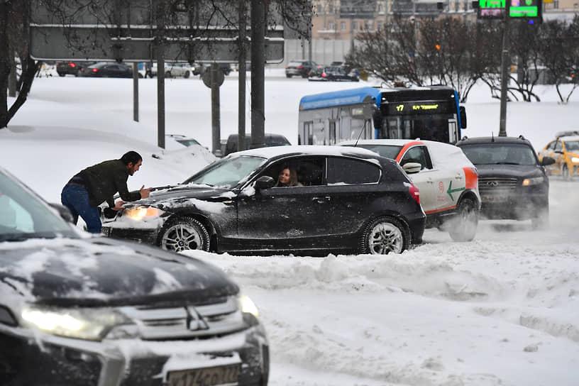 Движение в городе осложнили застрявшие автомобили и многочисленные ДТП