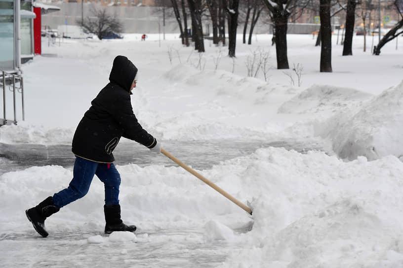 Более 60 тыс. человек задействованы в работах по расчистке снега в Москве