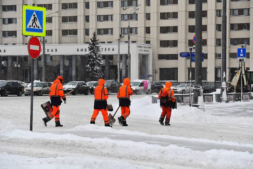 Высота снежного покрова в Москве достигла 34 см. По словам заммэра Петра Бирюкова, по существующему регламенту, на полную уборку города в подобной ситуации отводится трое суток