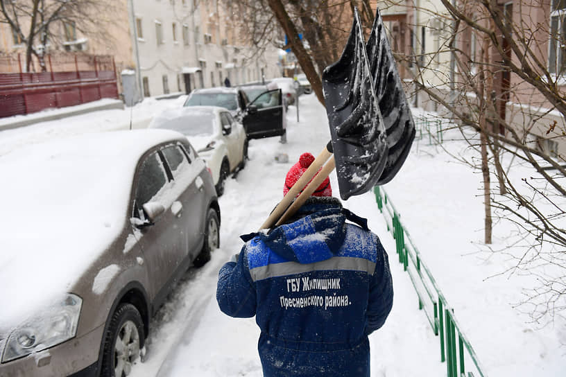 Дворник с лопатой для уборки снега