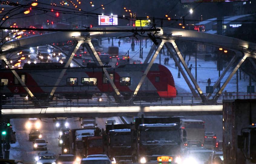 Автомобили на дороге во время снегопада