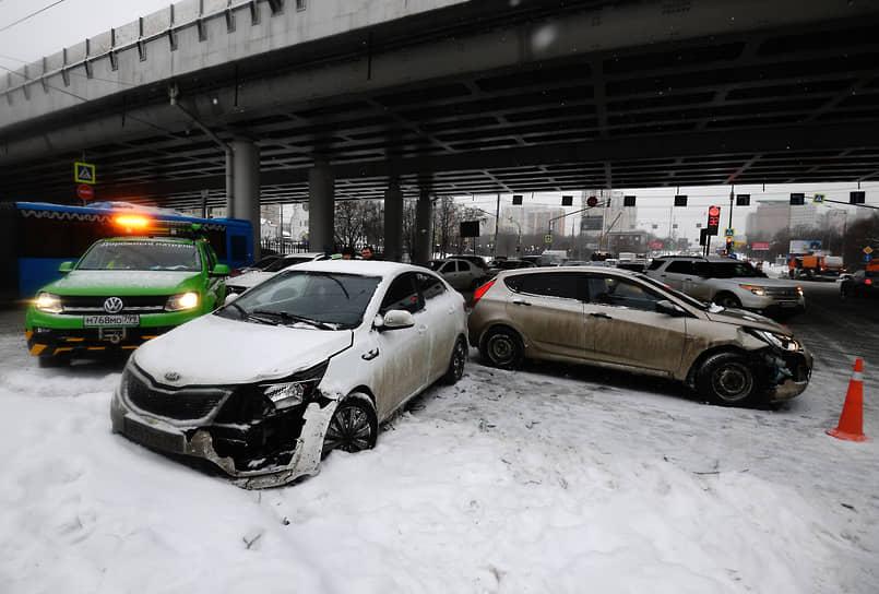 ГИБДД рекомендовала водителям соблюдать безопасную дистанцию, выбирать скоростной режим, избегать резкого торможения