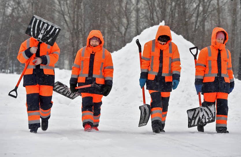 Коммунальщики во время уборки снега