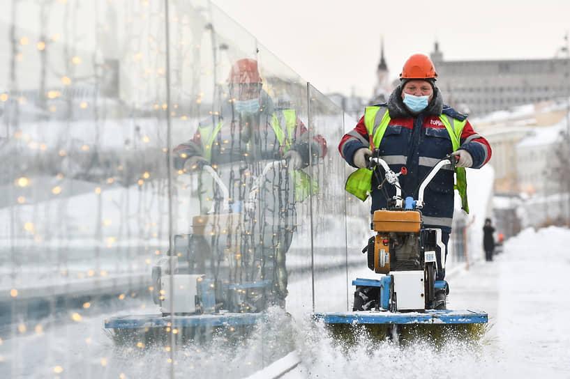 Очистка от снега Парящего моста в парке Зарядье