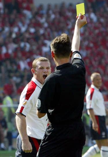 Статус восходящей футбольной звезды Руни получил на чемпионате Европы 2004 года. В трех матчах группового турнира он забил четыре гола, но в четвертьфинальном поединке с Португалией вынужден был уйти с поля из-за травмы. Англия проиграла по пенальти. После успешного выступления за сборную за футболистом начали охотиться лучшие клубы<br> На фото: матч чемпионата Европы против Швейцарии, в котором Руни забил два мяча