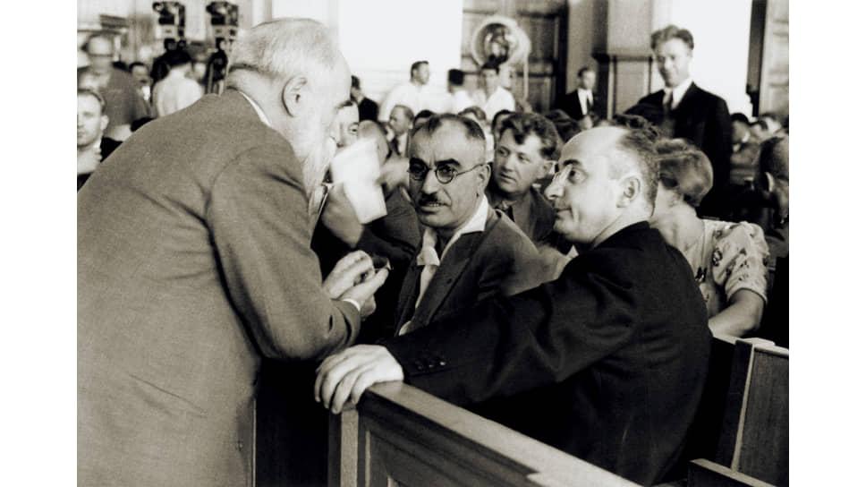 «Первое письмо т.Гамхарашвили 10/6-46г. Вами было направлено т.т.Чарквиани и Багирову (на фото — в центре)»