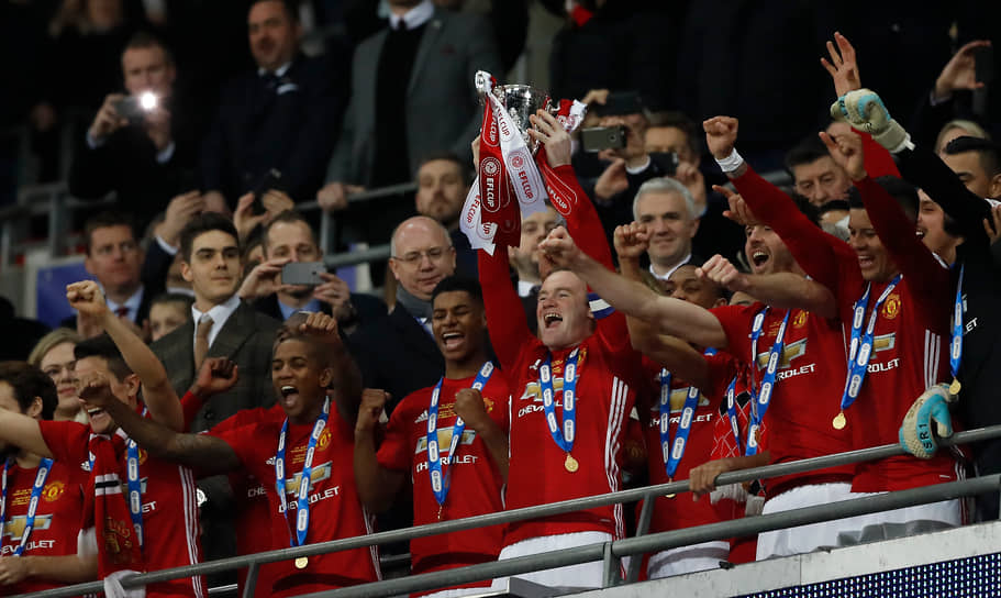 Перед уходом из «Манчестера» в 2017 году Руни выиграл с ним Лигу Европы. Это был второй еврокубковый трофей, завоеванный им с командой после победы в Лиге чемпионов в 2008 году. В 2017-м «Манчестер» также выиграл с Руни в четвертый раз Кубок Английской футбольной лиги (на фото)