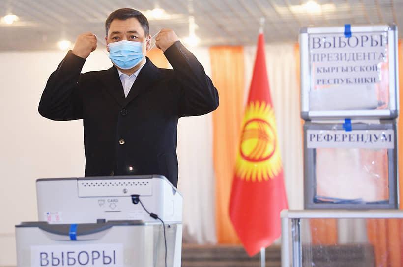 Бишкек, Киргизия. Садыр Жапаров, избранный президентом республики, во время голосования на участке