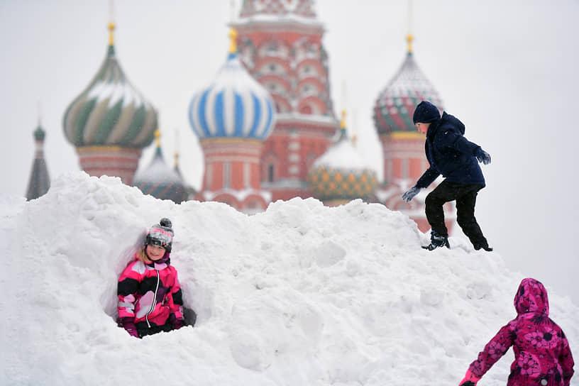 Москва. Дети играют в сугробах около храма Василия Блаженного