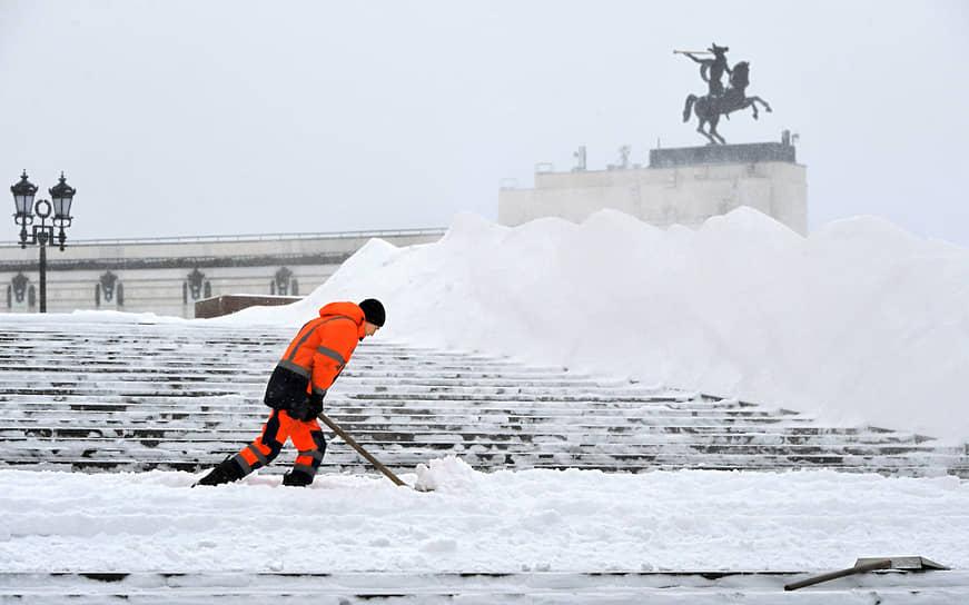 Москва, Россия. Сотрудник коммунальной службы во время уборки снега на Поклонной горе
