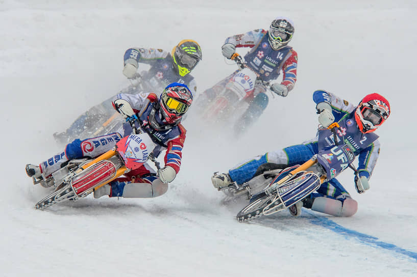 Новосибирск. Участники финала Кубка России по мотогонкам на льду среди мужчин