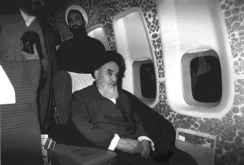 1 февраля 1979 года в Иран вернулся высланный в 1964 году главный оппонент шахского режима аятолла Рухолла Хомейни. Он возглавил исламскую революцию и вскоре стал высшим руководителем страны, которым оставался до смерти в 1989 году