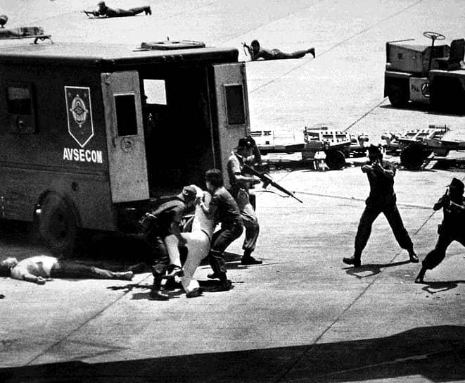 Бывший филиппинский сенатор Бенигно Акино, давний противник президента Фердинанда Маркоса, 21 августа 1983 года вернулся из США в Манилу после трех лет в изгнании. Политик был застрелен в голову прямо на взлетно-посадочной полосе одним из военнослужащих, сопровождавших его автомобиль