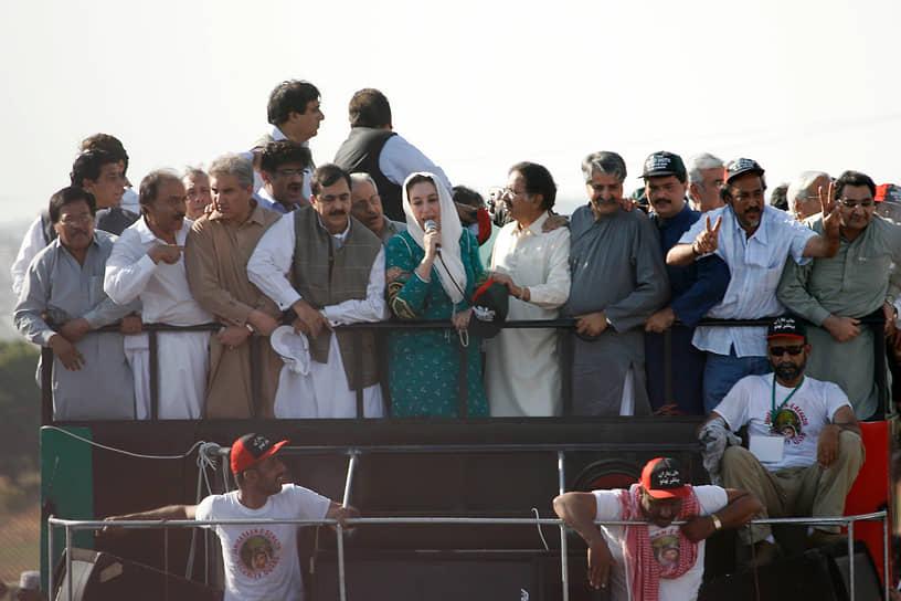 18 октября 2007 года в Пакистан из ОАЭ прилетела экс-премьер Беназир Бхутто. Она покинула Пакистан в 1999 году после выдвижения обвинений в коррупции. Бхутто возглавила оппозиционную Пакистанскую народную партию, в декабре 2007 года погибла при теракте