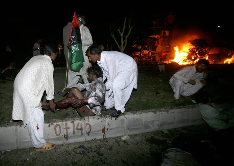 Во время следования кортежа Беназир Бхутто в толпе встречающих ее сторонников прогремело два взрыва — погибли более 130 человек, около 500 были ранены