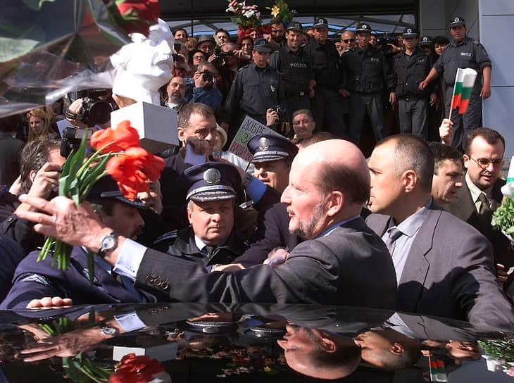 25 мая 1996 года в Болгарию после 50-летнего изгнания приехал бывший царь Симеон II, занимавший престол в 1943-1946 годах. В апреле 2001 года он окончательно переехал в страну и возглавил национальное движение «Симеон II», выигравшее парламентские выборы. С 2001 по 2005 год был премьером Болгарии. После неудачи на выборах 2005 и 2009 годов ушел из политики
