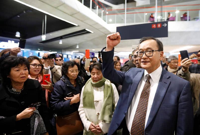 Камбоджийский оппозиционер Сам Рейнгси, сбежавший в 2010 году во Францию из-за угрозы уголовного преследования, 19 июля 2013 года вернулся в страну. В аэропорту его встретили тысячи сторонников. «Я вернулся, чтобы спасти эту страну»,— заявил политик, встал на колени и поцеловал землю. Рейгси возглавил массовые антиправительственные выступления 2013—2014 годов, затем стал депутатом. Однако в 2017 году вновь покинул страну после возобновления преследований