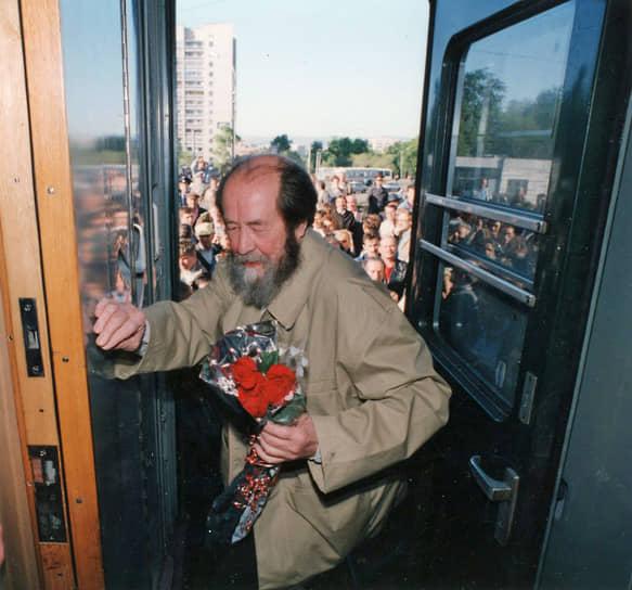 27 мая 1994 года писатель Александр Солженицын вернулся в Россию впервые с 1974 года, когда он был лишен советского гражданства. Он прибыл на самолете из США в Магадан, а затем совершил двухмесячную железнодорожную поездку от Владивостока до Москвы, в ходе которой проводил встречи с жителями российских городов. На родине он продолжил писать книги. Последние годы жизни провел в Москве и на подмосковной даче