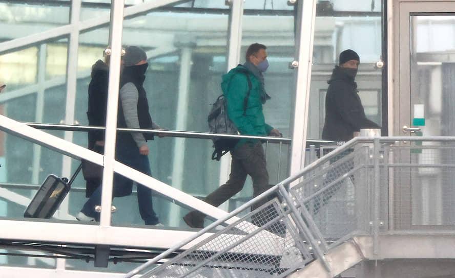 Алексей Навальный зашел в самолет за несколько минут до вылета