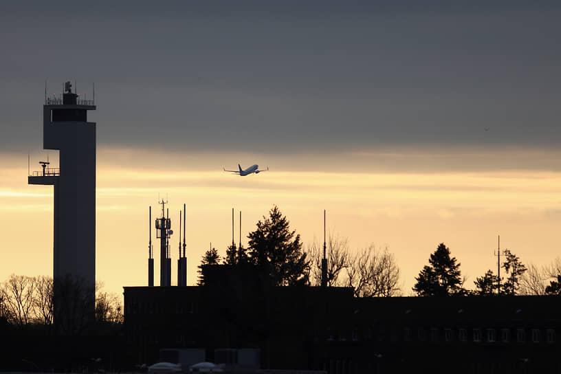 Согласно данным сервиса Flightradar, рейс, на котором господин Навальный возвращается в Москву, стал самым отслеживаемым в мире на данный момент. За маршрутом самолета наблюдали более 1,6 тыс. человек