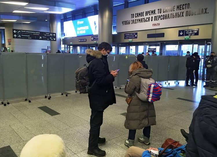 Во Внуково, где должен был приземлиться самолет, еще днем был ограничен вход граждан. В здание аэропорта можно было попасть только при предъявлении билета, зона прилета отгорожена
